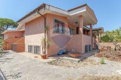 Four-bedroom House of 180m² in Via Pio Rajna 14