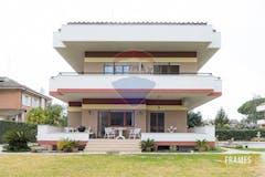 Villa di 280m² in Via Tirteo